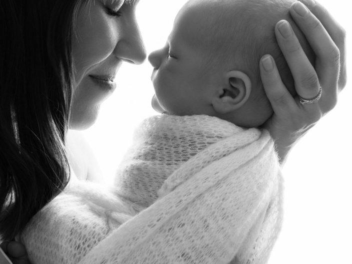 Vastasyntynyt poika äidin käsissä