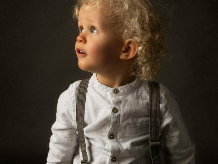 2 vuotias poika katsomassa valon suuntaan