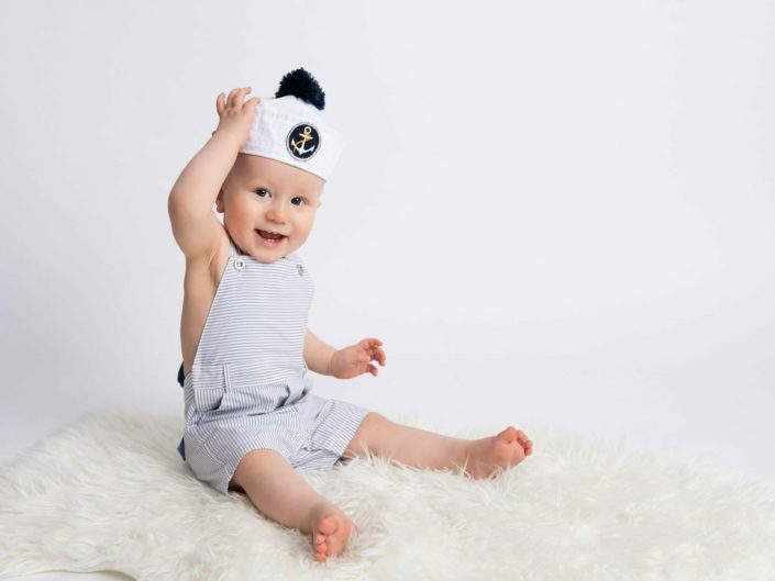 Hymyileva poika purjehdus hatussa