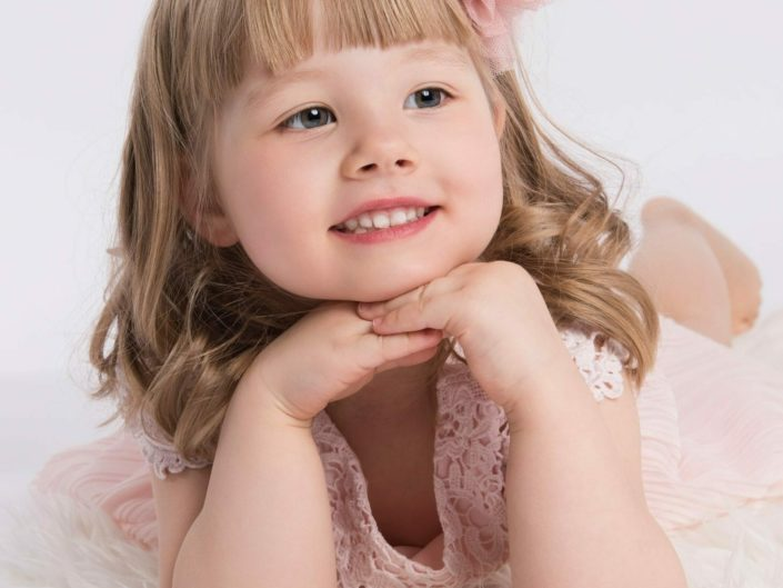 Hymyileva tyttö valkoisessa viltilla