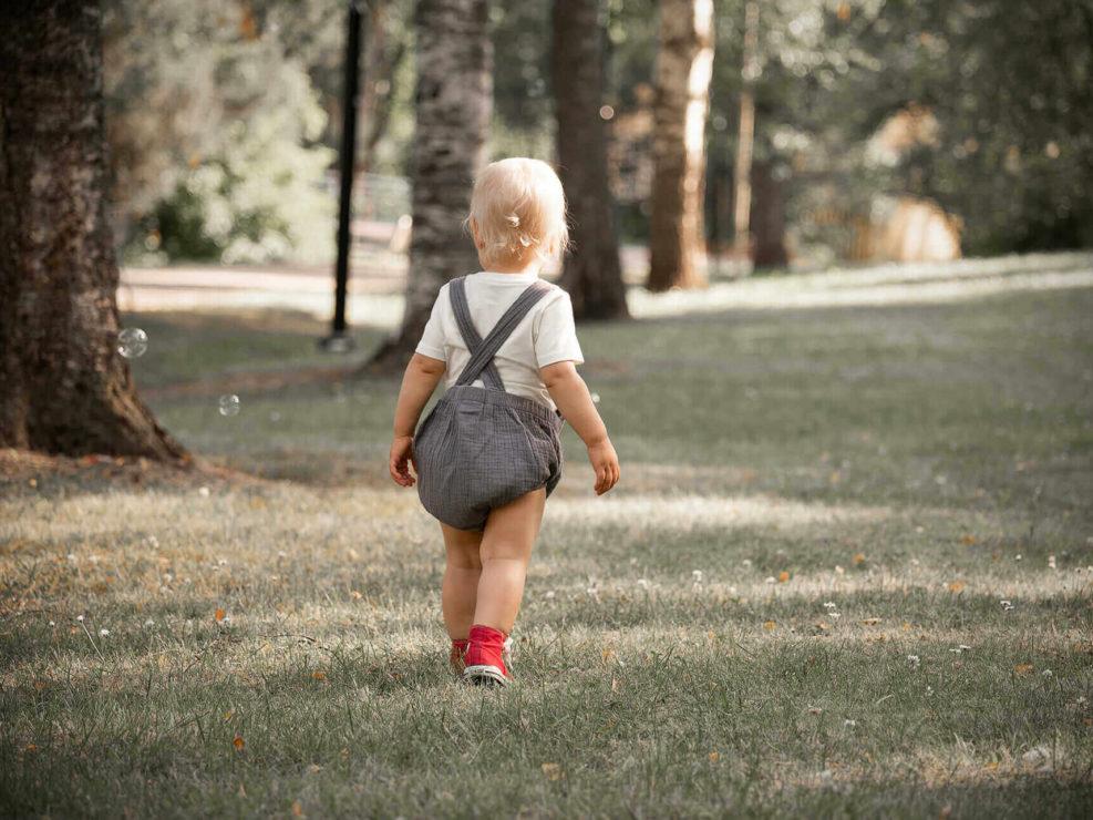 Poikalapsi kävelemässä puutarhassa