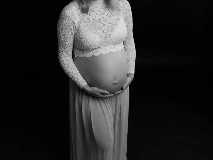 Raskaana oleva nainen mustavalkoisessa kuvassa
